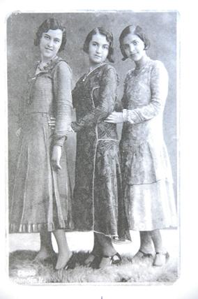 Lucilia, ladeada pelas irmãs, aos 19 anos, quando era costureira